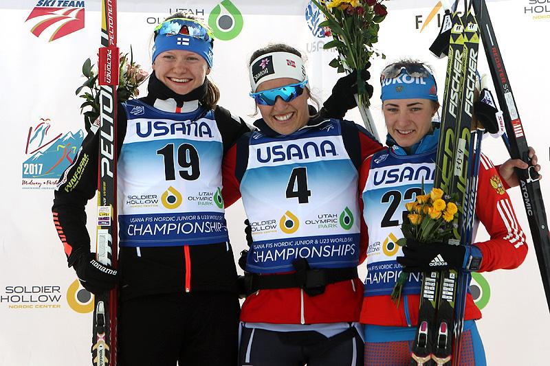 Damenes seierspall på fellesstart med skibytte under U23-VM i Park City 2017. Fra venstre: Johanna Matintalo (2. plass), Lotta Udnes Weng (1) og Yana Kirpichenko (3). Foto: Erik Borg.