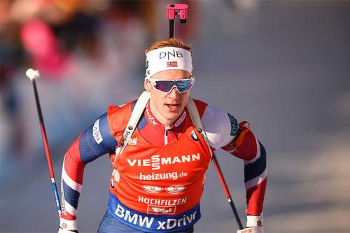 Johannes Thingnes Bø stormer frem mot VM-sølv på sprinten i Hochfilzen 2017. Foto: NordicFocus.