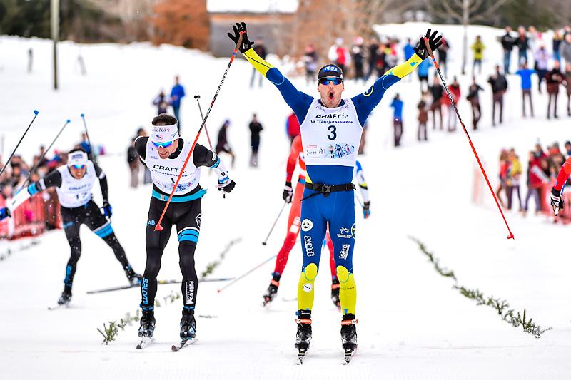 Robin Duvillard strekker hendene i været som vinner av skøyterennet under La Transjurassienne 2017, som også er en del av FIS Worldloppet Cup. Foto: Thibaut/NordicFocus.