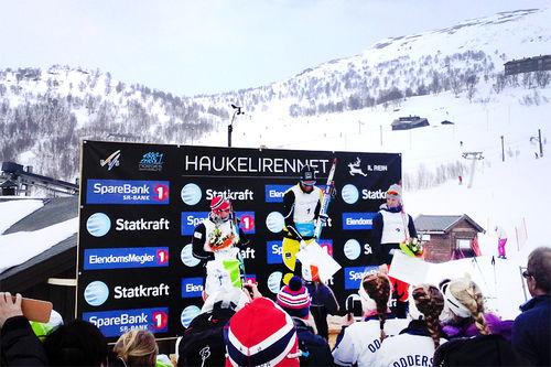 Premieutdeling i Haukelirennet med Chris Jespersen øverst på pallen, foran et stort knippe andre sterke skiløpere. Arrangørfoto.