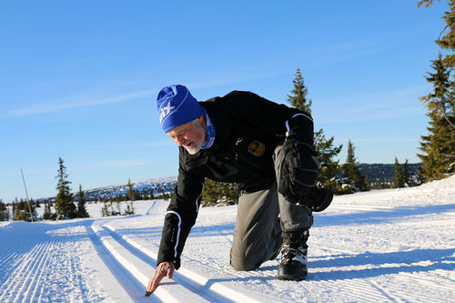 Løypesjef Einar Moe kvalitetssikrer snøen og skisporene foran Hafjell Ski Marathon. Arrangørfoto.