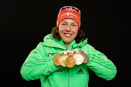 Laura Dahlmeier med brorparten av sin medaljefangst under skiskytter-VM i Hochfilzen 2017. Foto: NordicFocus.