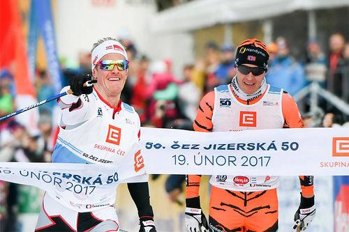 Morten Eide Pedersen spurtvinner det 50 km lange Jizerska 2017 gjennom de tsjekkiske skoger foran Petter Eliassen. Foto: Magnus Östh/Visma Ski Classics.