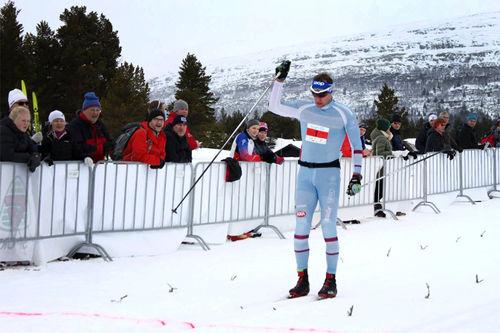 Håvard Hansen strekker armen i været som vinner av Furusjøen Rundt-rennet 2017. Foto: Lars Tungen/Furusjøen Rundt.