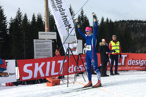 Ingeborg Dahl strekker armene i været som vinner av Montebellorennet 2017 på Vestskauen ved Sande i Vestfold. Arrangørfoto.