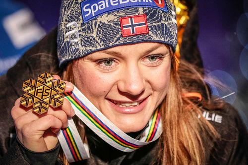 Maiken Caspersen Falla med sprintgullet fra Lahti-VM 2017. Foto: Modica/NordicFocus.
