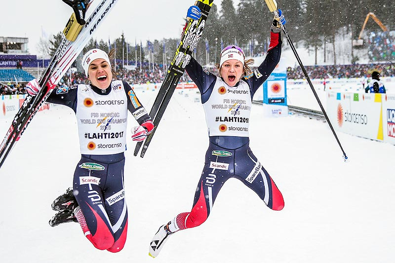 Heidi Weng (t.v.) og Maiken Caspersen Falla var hoppende glade etter VM-gullet på lagsprint i Lahti 2017. Foto: Modica/NordicFocus.
