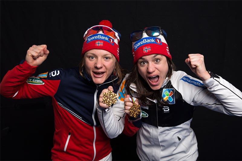 Maiken Caspersen Falla (til venstre) og Heidi Weng jubler etter VM-gullet på lagsprint i Lahti 2017. Foto: Modica/NordicFocus.