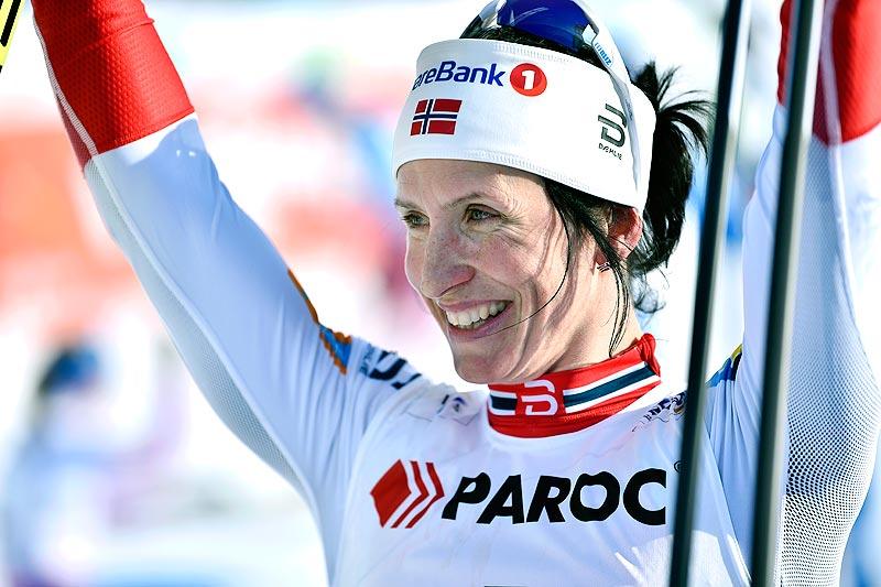 Marit Bjørgen jubler for seier på skiathlon under VM i Lahti 2017. Foto: Thibaut/NordicFocus.