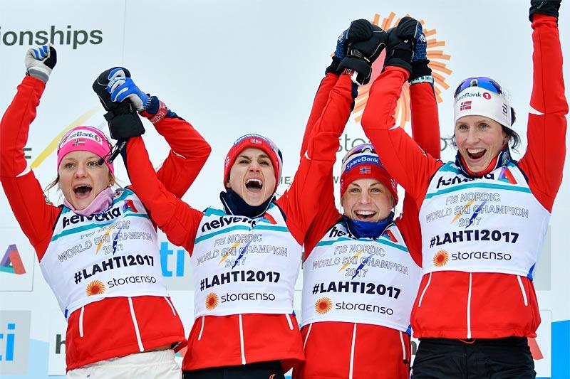 Maiken Caspersen Falla, Heidi Weng, Astrid Uhrenholdt Jacobsen og Marit Bjørgen jubler over VM-gullet i stafett under mesterskapet i Lahti 2017. Foto: Thibaut/NordicFocus.