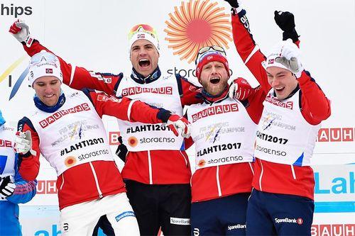 Norges VM-helter jubler over stafettgullet i Lahti 2017. Fra venstre: Didrik Tønseth, Niklas Dyrhaug, Martin Johnsrud Sundby og Finn Hågen Krogh. Foto: Thibaut/NordicFocus.
