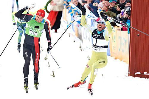 John Kristian Dahl i gult presser skotuppen over målstreken de nødvendige millimeterne foran Andreas Nygaard i Vasaloppet 2017. Foto: Rauschendorfer/NordicFocus.