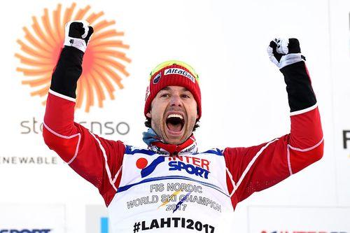 Alex Harvey jubler over 5-milsgullet under Lahti-VM 2017. Foto: Thibaut/NordicFocus.