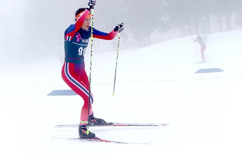 Skitalentet Julie Karlsen under Junior-NM på Gåsbu vinteren 2016. Nå i vinter opplevde hun alle løperes mareritt, hun skadet seg alvorlig i konkurransesituasjon og fikk i etterkant lite hjelp fra skilisens og andre forsikringer. Foto: Erik Borg.