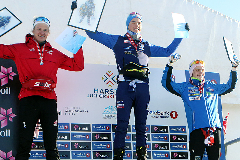 Seierspallen for Menn 18 år etter 15 kilometer i fri teknikk under Junior-NM i Harstad 2017. Fra venstre: Filip Fjeld Andersen (2. plass), Håvard Moseby (1) og Anders Kolstadbakken (3). Foto: Erik Borg.