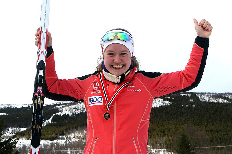 Tuva Bakkemo jubler for gull på 10 kilometer fri teknikk for Kvinner 18 år under Junior-NM i Harstad 2017. Foto: Erik Borg.