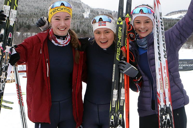 Palljentene i yngste klasse på 5 kilometer klassisk under Junior-NM i Harstad 2017. Fra venstre: Ingrid Andrea Gulbrandsen (2. plass), Linn Ravndal (1) og Karianne Olsvik Dengerud (3). Foto: Erik Borg.