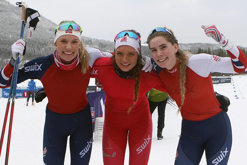 Seierspallen etter 5 kilometer klassisk for Kvinner 18 år under Junior-NM i Harstad 2017. Fra venstre: Emma Skjoldli (2. plass), Kristine Stavås Skistad (1) og Ragnhild Rønning (3). Foto: Erik Borg.