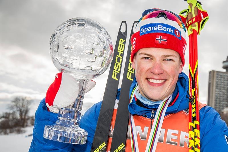 Johannes Høsflot Klæbo med krystallkula som viser at han forrige sesong var verdens beste sprinter. Foto: Modica/NordicFocus.