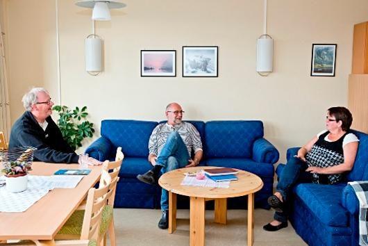 Tre ansatte ved miljøtjenesten i en sofa