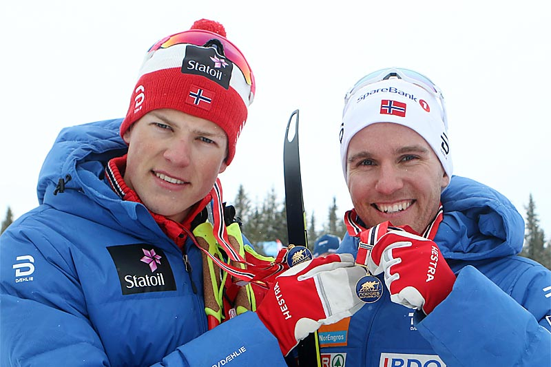 Johannes Høsflot Klæbo og Didrik Tønseth viser frem NM-gullene fra lagsprinten i norgesmesterskapet på Gålå 2017. Foto: Erik Borg.