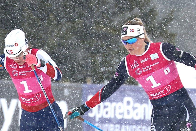 Martine Ek Hagen veksler med Heidi Weng på lagsprinten under Gålå-NM 2017. De ble til slutt belønnet med en edel sølvmedalje. Foto: Erik Borg.