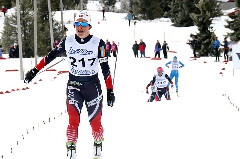 Marit Bjørgen sklir over mål som vinner på 5 km i norgesmesterskapet 2017 på Gålå, samtidig tar hun sitt NM-gull nummer 20. Foto: Erik Borg.