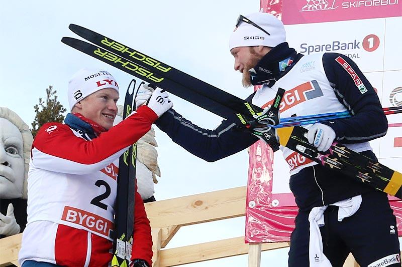Johan Tjelle og Martin Johnsrud Sundby gratulerer hverandre med henholdsvis NM-sølv og NM-gull på 50 km under mesterskapet på Gålå 2017. Foto: Erik Borg.
