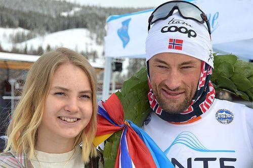 Petter Northug var ikke til å true i Flyktningerennet 2017. Her sammen med kransjenta Marielle Åberg. Foto: Karl Audun Fagerli / Flyktningerennet.