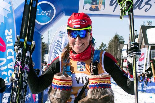 Katerina Smutna jubler for seier i Ski Classics-finalen Ylläs-Levi 2017. Foto: Manzoni/NordicFocus.