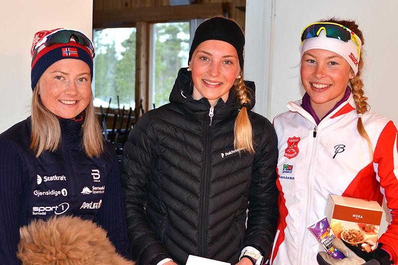 Seierspallen i Grovamila 2017. Fra venstre: Alise Einmo (2. plass), Astrid Stav (1) og Mariah Bredal (3). Foto: Hallgeir Martin Lundemo.