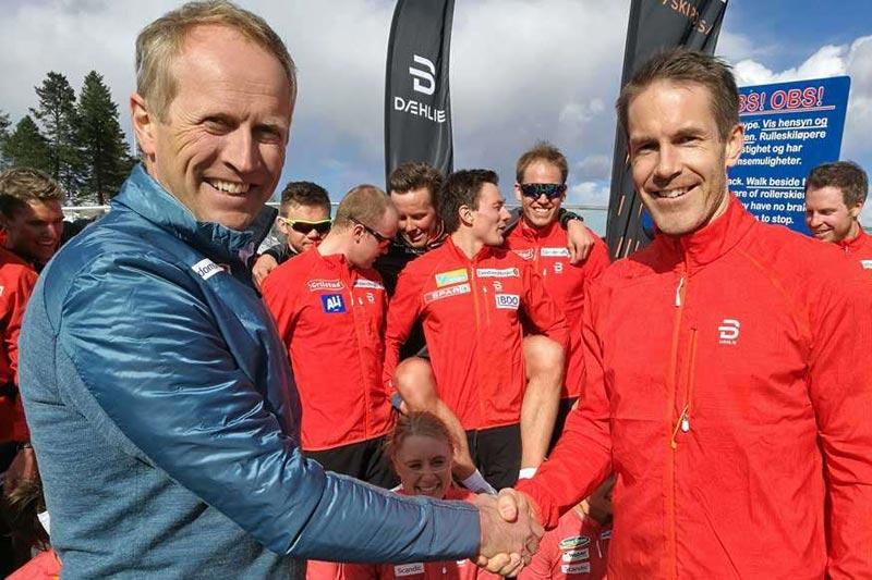 Espen Bjervig fra Skiforbundet (tv) og Øystein Bråta fra Dæhlie og Active Brands. Foto: Norges Skiforbund.