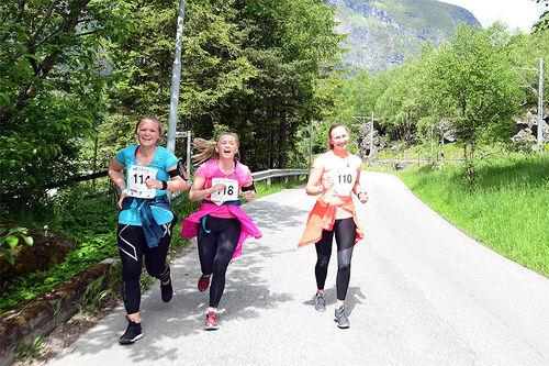 Noen av deltakerne i Flåmsdalenløpet 2017. Arrangørfoto.