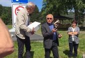 Ordfører Bjørn A. Ropstad får tresko som takk for besøket