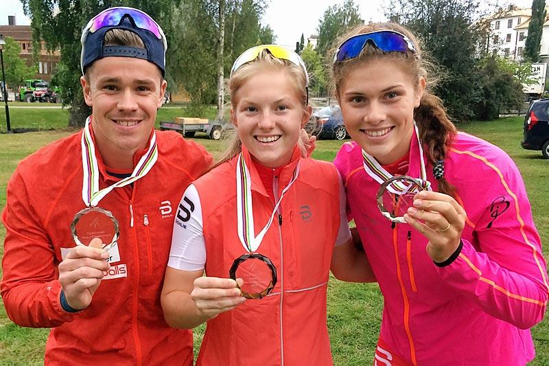 Jostein Olafsen, Amalie Honerud Olsen og Julie Henriette Arnesen sørget for medaljejubel for Norge i Rulleski-VM 2017 i svenske Sollefteå. Foto: Norges Skiforbund.