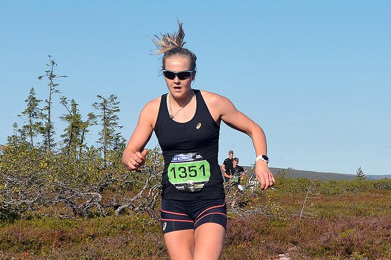 Stina Nilsson på vei mot seier på distansen 10 kilometer under Bagheera Fjällmaraton 2017. Arrangørfoto.