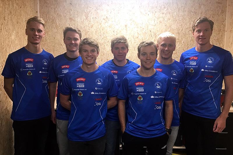 Noen av løperne i den sterke seniorgruppa til Åsen IL foran 2017/2018-sesongen. Foto: Åsen IL.
