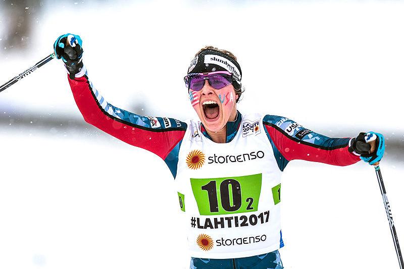 En lykkelig Jessica Diggins har, sammen med Sadie Bjornsen, tatt USA inn til bronsemedalje på lagsprinten under VM i Lahti. Foto: Modica/NordicFocus.