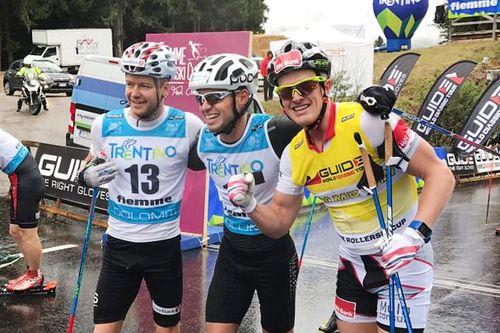 Gutta på herrenes seierspall under Fiemme Rollerski Cup 2017. Fra venstre: Sjur Røthe (3. plass), Ilya Chernousov (1) og Morten Eide Pedersen (2. plass). Arrangørfoto.