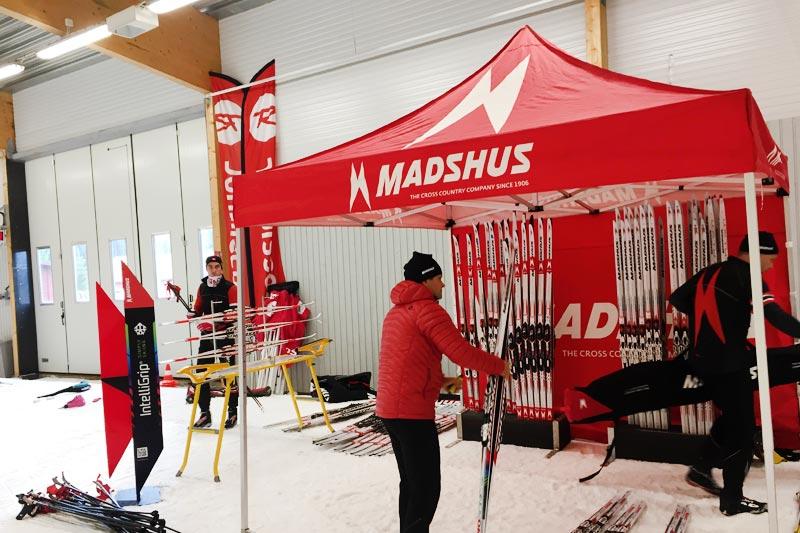 Utøvere i Team Madshus og servicefolk fra skifabrikken på Biri arbeidet sammen mot felles mål under deres samling i Torsby høsten 2017. Foto: Madshus.