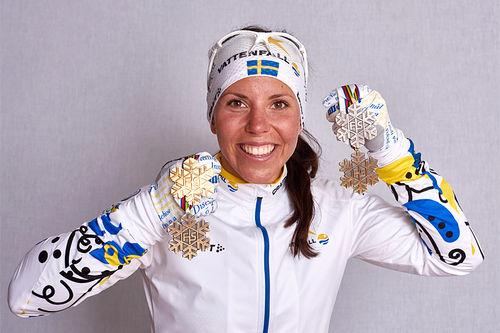Charlotte Kalla med medaljer fra Falun-VM 2015. Foto: NordicFocus.