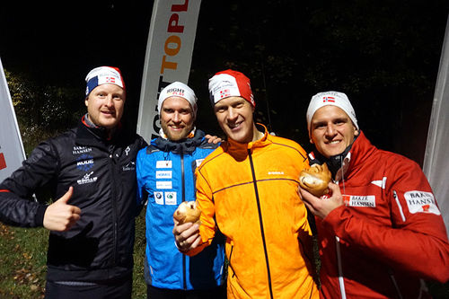 Team Raske Gutter har samlet inn hele 50.000 kroner til Right to Play de seneste årene. Fra venstre: Jesper Damon Stokke (TRG), Jimmy Vika (Right to Play), Erlend Damon Stokke (TRG) og Magnus Hals (Baker Hansen).  Foto: Team Raske Gutter.