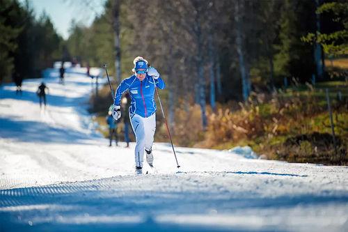Anita Moen i sving i tidligsnø-løypene i Trysil en tidligere høst. Foto: Hans Martin Nysæter/Destinasjon Trysil.