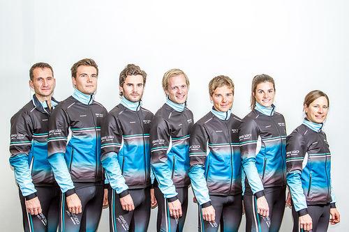 Skigo XC Team 2017/2018. Fra venstre: Trener Nils Anders Bruun, Thomas Gifstad, Erlend Widerøe Hennig, Kristoffer Nielsen, Sigurd Sollien Hulbak, Ingeborg Dahl og Seraina Boner. Foto: Skigo XC Team.