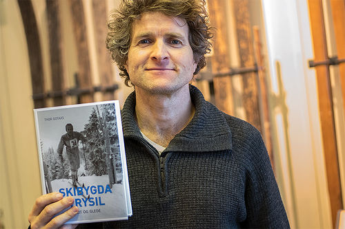 Forfatter Thor Gotaas med en av sine mange bøker, boken Skibygda Trysil - Slit og glede. Foto: Fredrik Otterstad/Trysil.