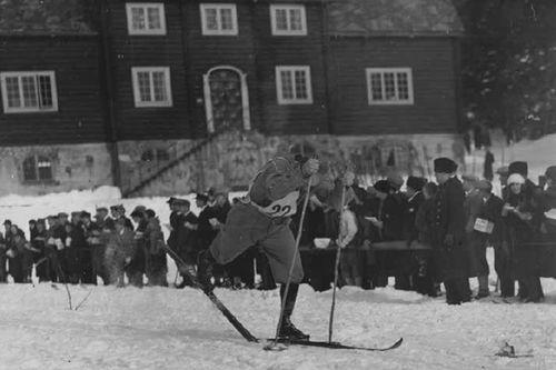 Fra boka Skibygda Trysil - Slit og glede, av Thor Gotaas: Kåre Hatten ut fra starten ved Frognersetra i Holmenkollrennet en gang i 1930-åra, i typiske dobbelttak.