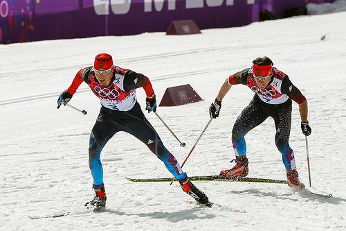 Alexander Legkov og Maxim Vylegzhanin på vei mot gull og sølv på 50-kilometeren under OL i Sotsji 2014. Foto: NordicFocus.