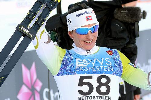 Marit Bjørgen jubler for seier på 10 kilometer klassisk under den nasjonale sesongåpningen på Beitostølen 2017. Foto: Erik Borg.