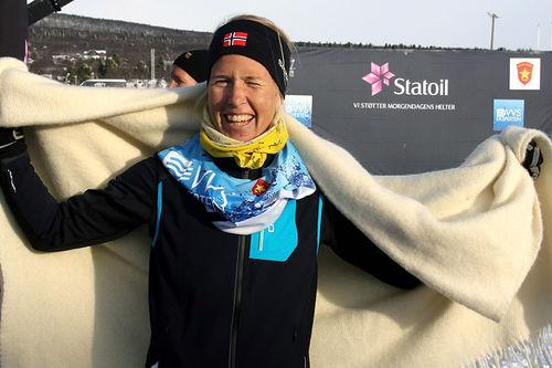 Astrid Øyre Slind fra Oppdal IL jubler for knallstart på sesongen med sjetteplass på 10 kilometer klassisk i Beitosprinten 2017. Foto: Erik Borg.