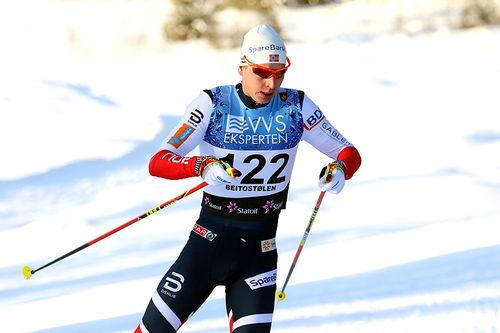Simen Hegstad Krüger på vei mot seier på 15 kilometer fri teknikk under sesongåpningen på Beitostølen 2017. Foto: Erik Borg.